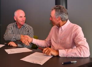 Flip Goudsmit (r), directeur eigenaar van DSA•Vision, en Jurriaan Slegers, algemeen directeur en medeoprichter van CNS tekenen de verlengde overeenkomst tussen beide partijen.