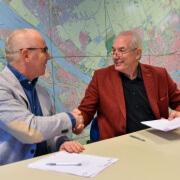 Leo Bartelse (r), Directeur-Bestuurder Maaskoepel, en Jurriaan Slegers, Algemeen Directeur CNS, ondertekenen contract